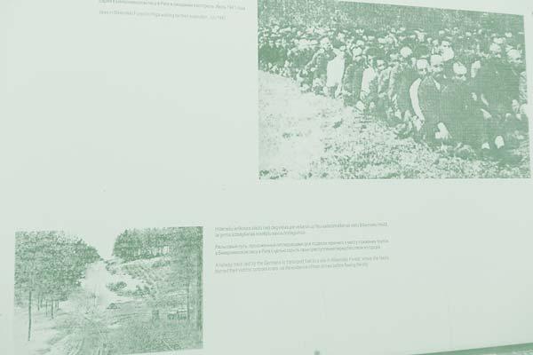 Ausschnitt aus Informationstafeln im Holocaust-Gedenkmuseum Riga (rechts: zur Massenerschießung aufgereihte Juden; links: Schneise im Wald von Bikenieki mit Transportgleisen); Foto: Pechtl